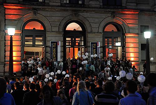 22_Leuchtende Ballone vor dem Altgebäude